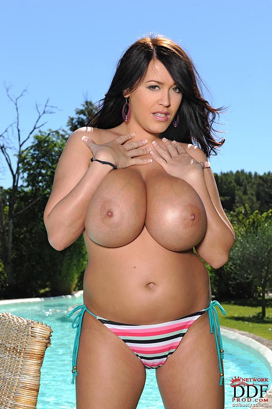 Leanne Crow Poses Tits At Pool