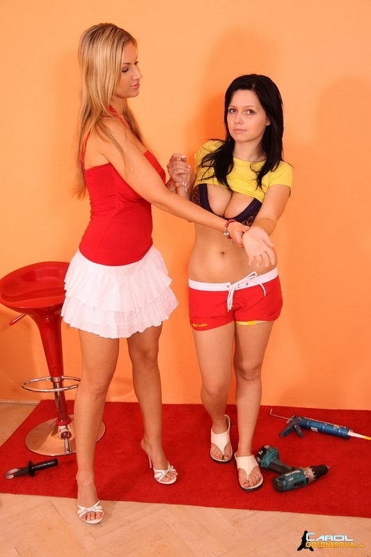 Carol Goldnerova Meets Busty Ellen
