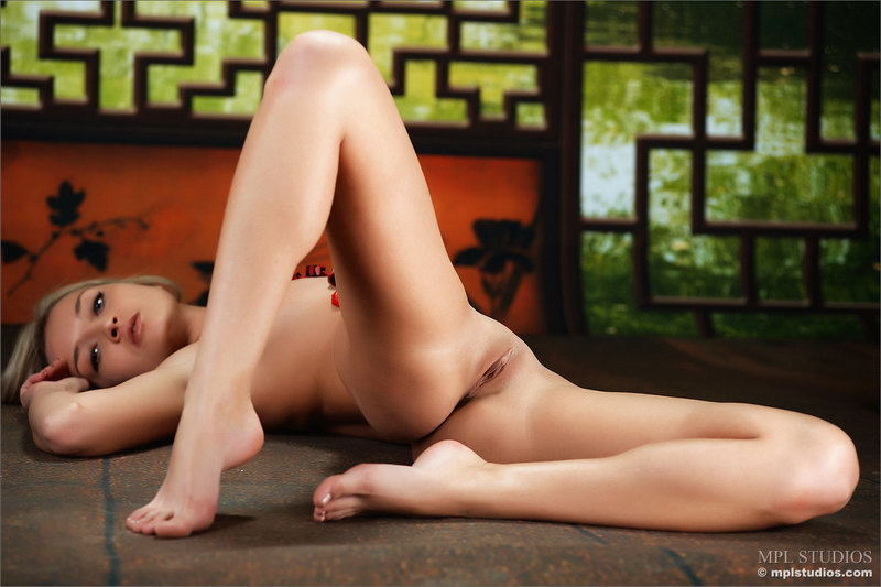 Соло голая девушка фото