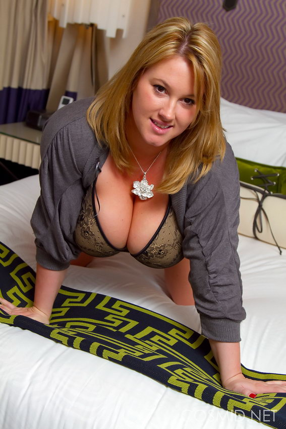 Cosmid: Brooke Max - Sexy On The Bed