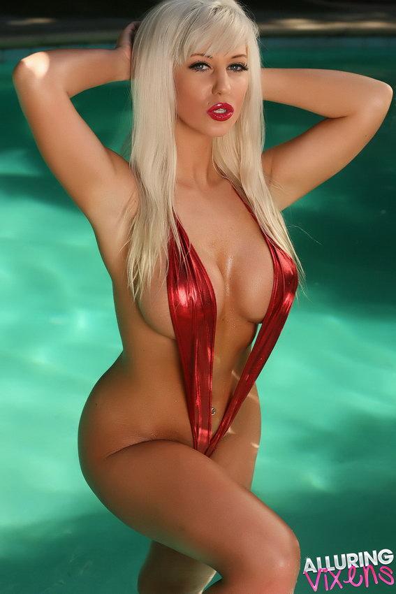 бесплатные фото видео толстушки с большими грудями в ультра бикини