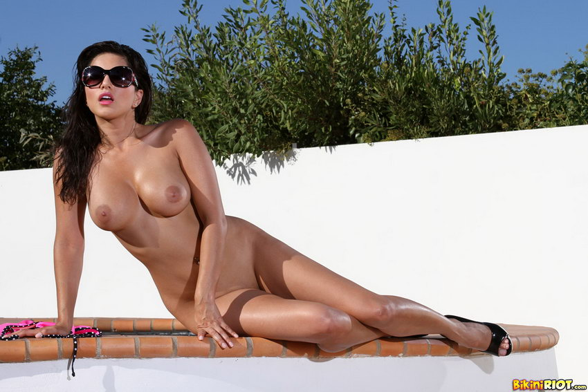 Bikini Riot: Sunny Leone Sundrenched Breasts And Riding Big Glass Toy