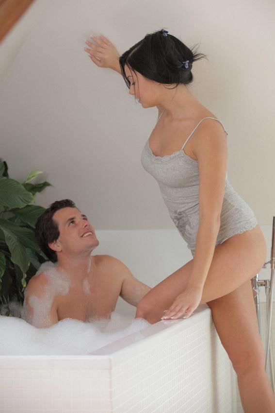 девка входит к пацану в ванную