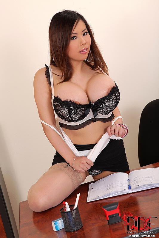 Ddf Busty: Tigerr Benson Teases With Her 36d's