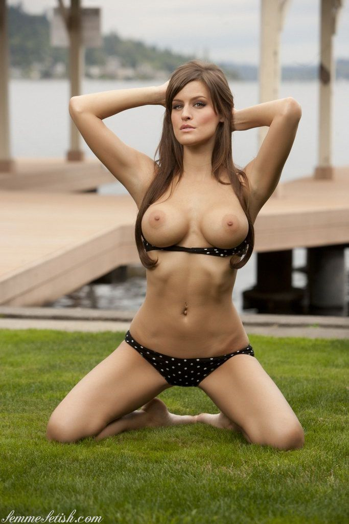 Sexy babe naked in the lake