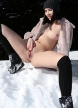 Watch4beauty: Lady Dee - Peeing In The Snow