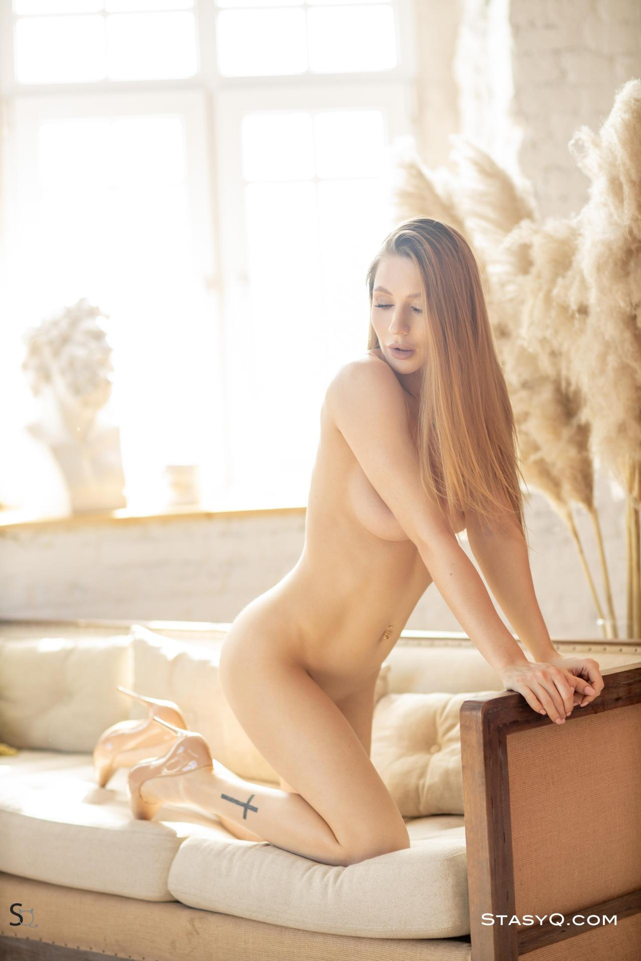 Luny Q Strips Nude 12