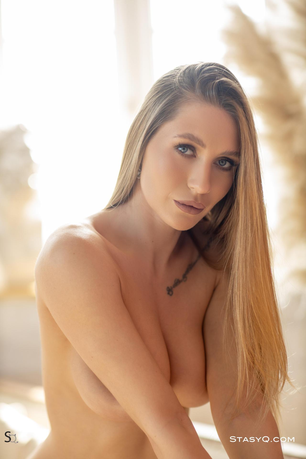 Luny Q Strips Nude 9