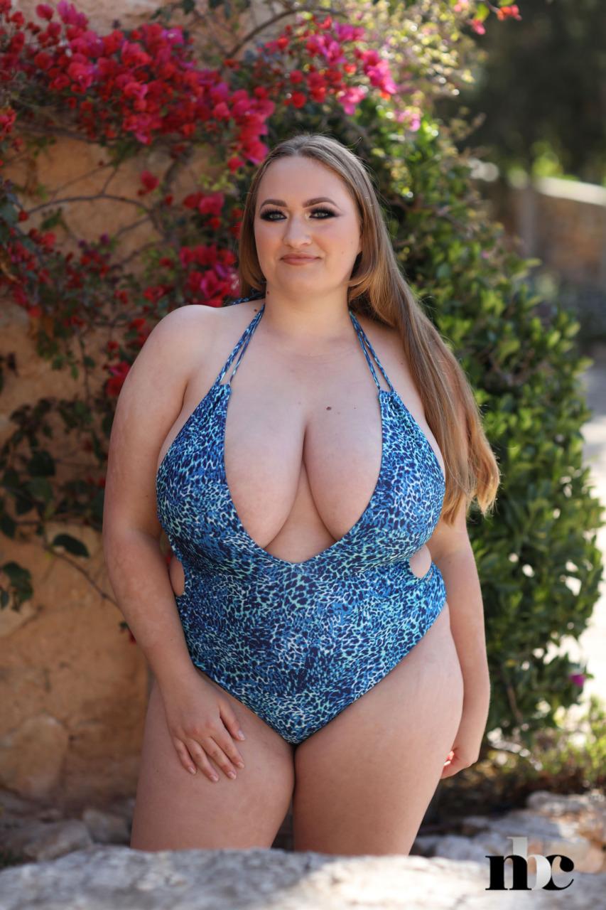 Nothing But Curves: Sara Willis - 1