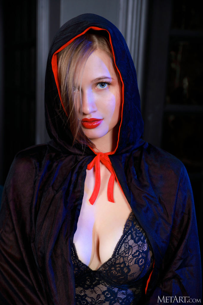 Zishy: Stella Cardo Riding Hood 1
