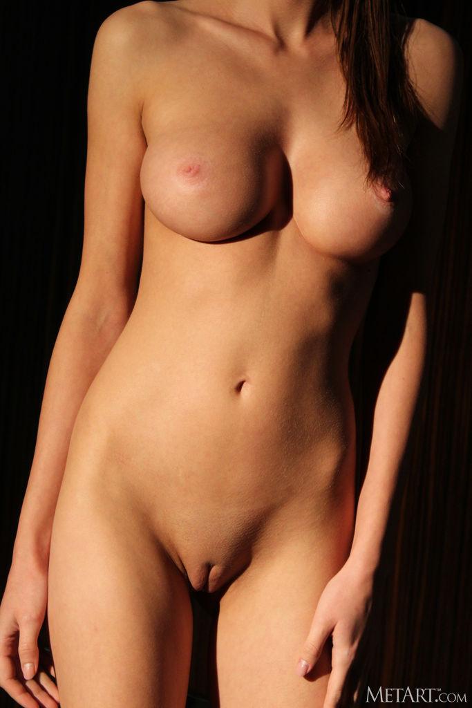 Zishy: Holly Haim Toned and Sexy 6